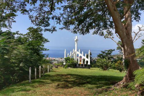 Kreuz am Aussichtspunkt über der Stadt