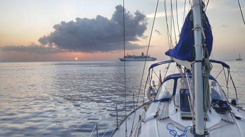 Das Kreuzfahrtschiff fährt mit Sonnenuntergang weiter und erreicht den nächsten Hafen morgen früh mit Sonnenaufgang