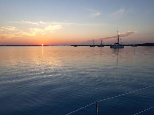 Da sind wir wieder - Sonnenuntergang in Elizabeth Harbour, George Town