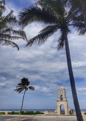 Clock Tower am Ende der Worth Avenue