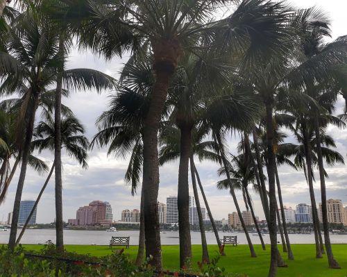 Blick über die Lake Worth Lagune auf die downtown von West Palm Beach