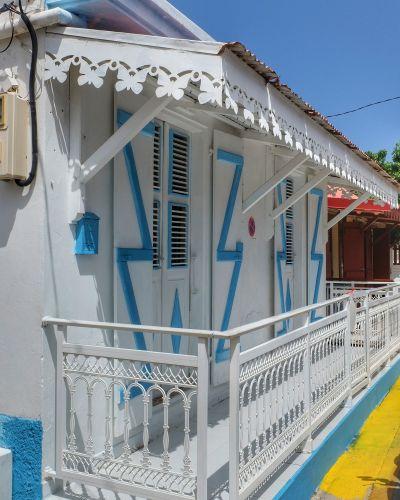 Hübsch ausgesägte Verzierungen an den Traufen der Häuser