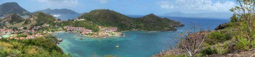 Blick über den Baie de Marigot, Fort Napoleon, dahinter Terre de Bas, rechts Guadeloupe - in der Bucht mit dem Kreuzfahrtschiff liegt auch die SAI MANGALAM an der Mooringboje