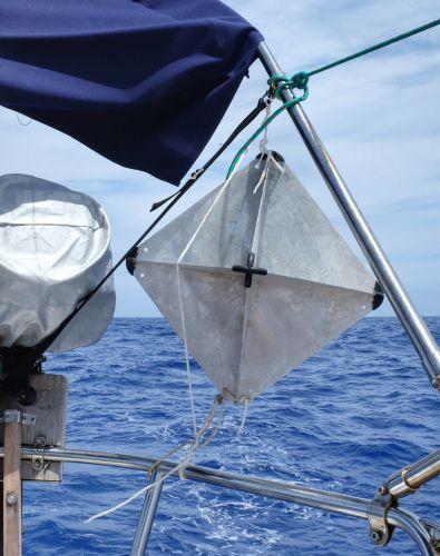 Wir setzten den Radarreflektor unter dem Bimini