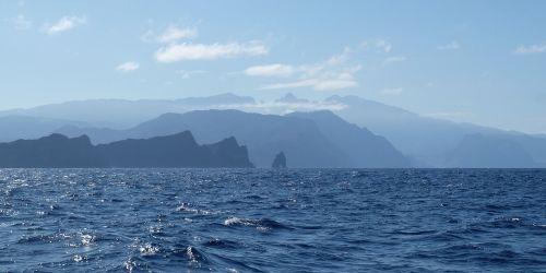 Madeira bei der Anfahrt aus Nordosten im Gegenlicht
