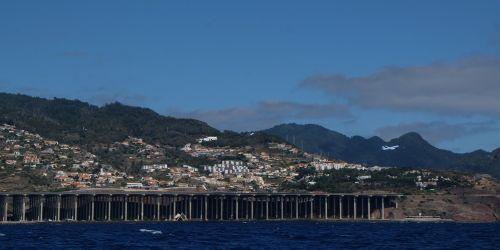 Aeroporto da Madeira - mangels einer ebenen Fläche ist die Landebahn auf Stützen über eine Bucht gebaut