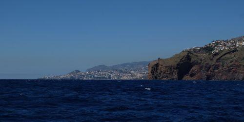 Hinter diesem felsigen Kap liegt Funchal und der Wind hört einfach auf