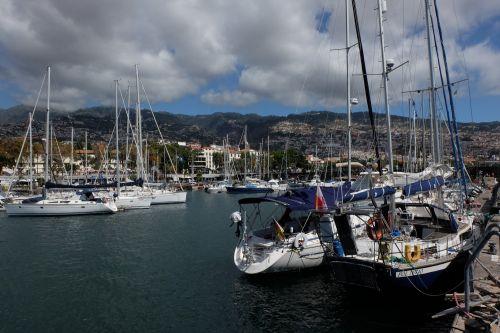 SAI MANGALAM im Päckchen an der Kaimauer der Marina do Funchal