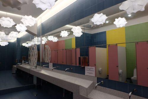 Bunt gestaltete Toilettenanlage