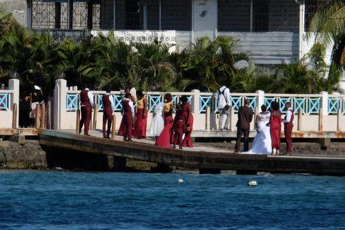 Hochzeitsgesellschaft am Wasser - together forever