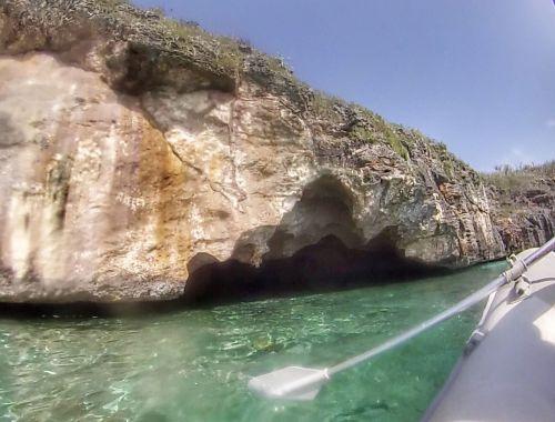In diese Höhle kann man mit dem Dinghi fahren
