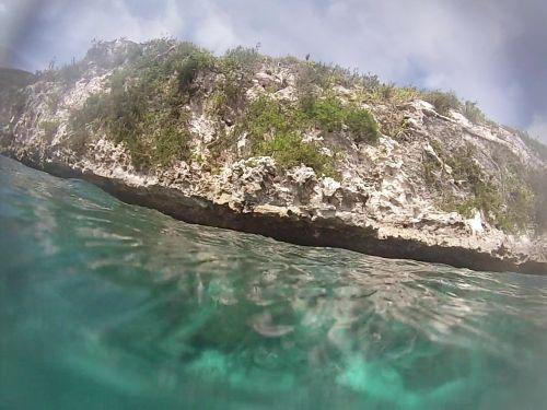 Der Eingang zur Grotte schaut nur bei Ebbe etwas aus dem Wasser