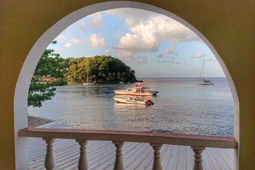 Blick von Reinhards Hotelzimmer - SAI MANGALAM ganz links vor Young Island