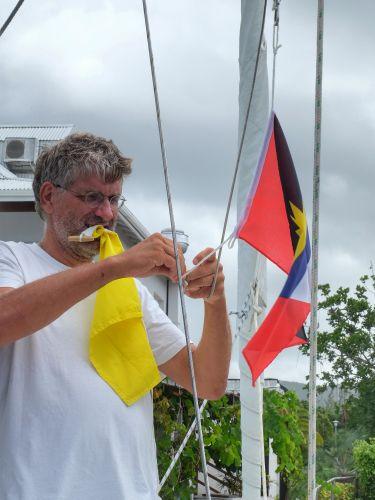 """Einklariert, nun kann die gelbe """"Q""""-Flagge abgenommen werden"""
