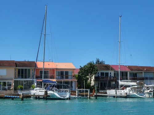 In Jolly Harbour gibt es Reihenhäuser mit Boots-Liegeplatz