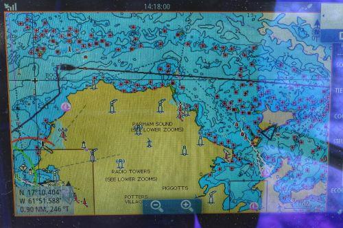 Die roten Markierungen sind Steine bzw. Riffe, hier muss man sorgfältig navigieren